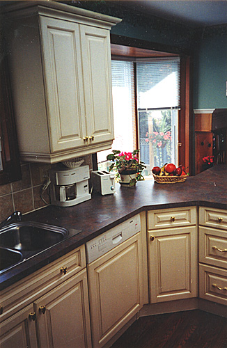 Larger Image - This is the 3rd kitchen that AWARD has refaced for this extended family.